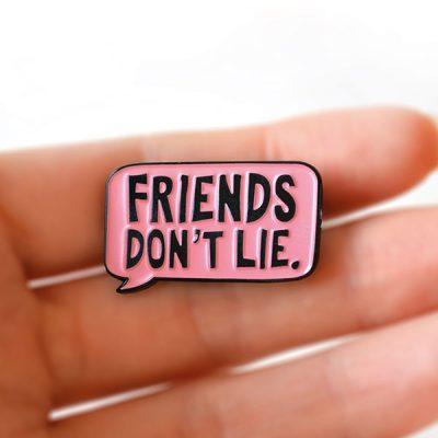 """Friends Don't Lie"" Tasarımlı Broş"